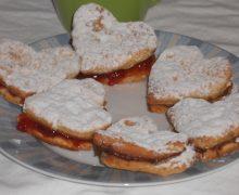 Biscotti  di frolla a forma di cuore con farina ai 5 cereali Nutella o marmellata per San Valentino